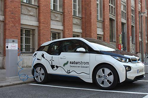 Naturstrom tanken an der ersten Ladesäule des Berliner Modells. Quelle: NATURSTROM AG